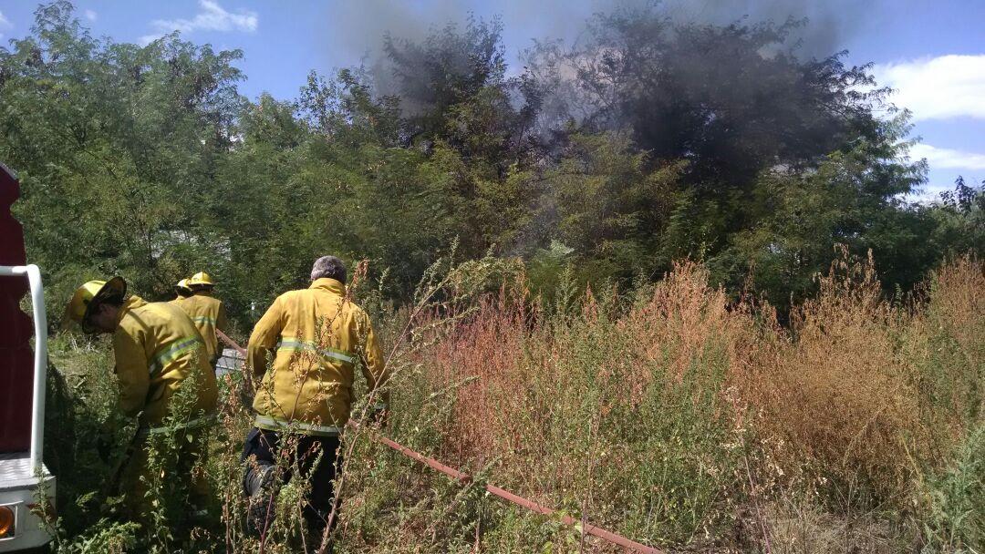 Neumáticos encendidos generaron alerta y actuación de los bomberos