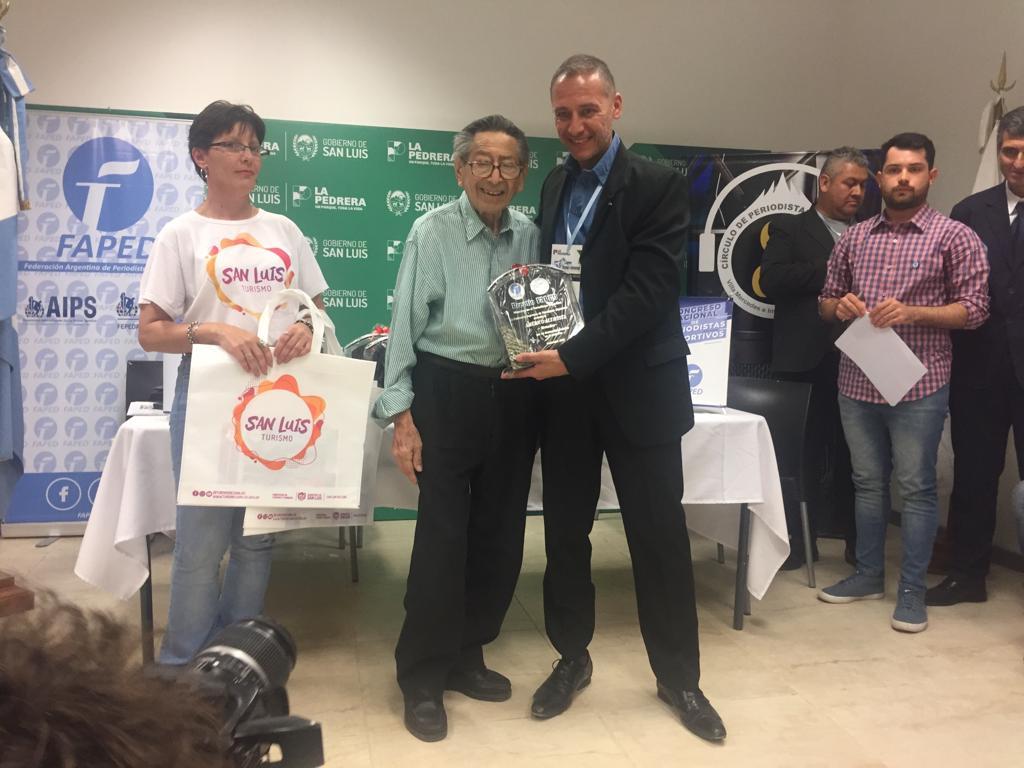Américo Altavista recibió el premio Maestro del Periodismo Deportivo por parte de FAPED